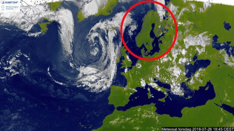 IKKE EN SKY: Satelittbildene viser ikke en sky over Norge torsdag kveld. Foto: Meteorologisk Institutt