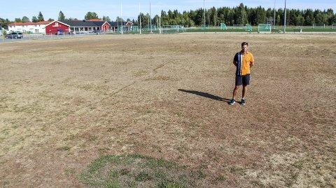 Ubrukelig: Fotballeder Odd-Arvid Rønning i Bjerke idrettslag fortviler over at gressbanene ikke er spillbare. Foto: Martin Holterhuset