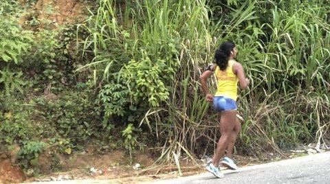 På løpetur: Joggende kvinner er et uvanlig syn på Sri Lanka, så Aja Leela Hageler kjøres til egnede veier når hun skal trene. ALLE FOTO: PRIVAT