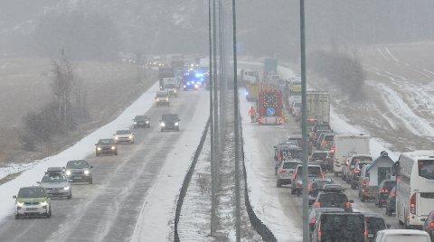 LANG KØ: Slik så det på E6 ved Jessheim fredag, etter at ett vogntog hadde sklidd og sperret et kjørefelt i begge retninger.