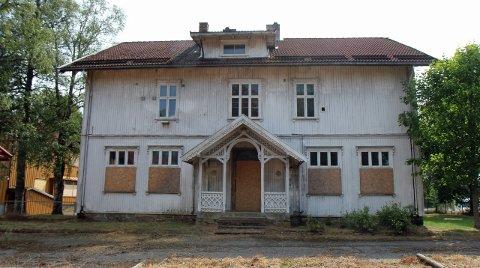 """""""HVITBYGGET"""": Den eldste skolebygningen i Nordkisa er fra tidlig på 1900-tallet.  Det er delte meninger om det bør stilles krav om bevaring."""