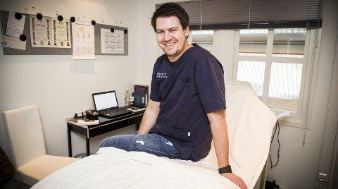 TRIGGER PUNKTER: Jan Erik Strand er en av om lag 120 utdannede refleksologer i Norge. Ved å trykke på ulike punkter trigger han kroppens evne til å styrke immunforsvaret og selvhelbredelse.