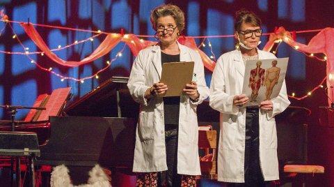 INNLEGGELSE: Heksedoktor Ingrid Bjørnov og radiodoktor Kari Slaatsveen erklærer samtlige i salen som innlagt på sitt julesanatorium i Sekkefabrikken, og ved forestillingens slutt var publikummet unisont enige om at de ikke ville skreves ut.