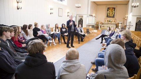 – DET ER LOV Å håpe: Biskop Per Arne Dahl deler sine opplevelser om døden med konfirmantene. – Det er også bra å ha noe å se fram til når livet er vanskelig, sier han.