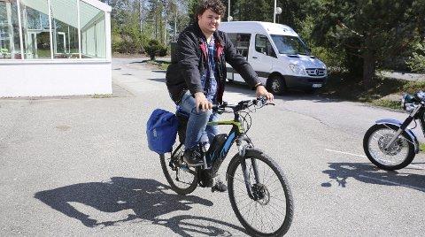 SYKKELENTUSIAST: Henrik Bergh-Smith lar seg stoppe verken av frost eller nedbør. Hver eneste morgen setter han seg på elsykkelen sin og drar på jobb på Jobbhuset i Hurum.