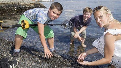 IVRIGE: Isak G. Eriksen og Magnus Karlsson har omdøpt Bjerkås-stranda til Spikerstranda etter å ha saumfart den med metalldetektor sammen med lærer Stine Marie Borgen.