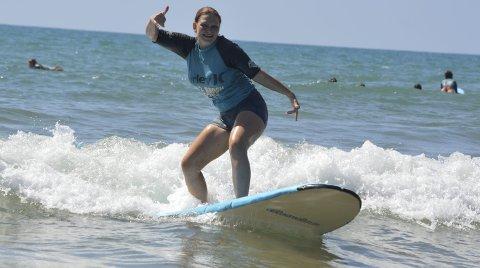 Dreven: Det er ikke første gang Tonje prøver surfeevnene, hun var med på surfeskole under sin forrige tur til Australia. Alle foto: Privat