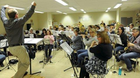 Øvelse gjør mester: Dirigent Rimul terper og terper. Intet skal overlates til tilfeldighetene når man inviterer til festkonsert i Hjertnes kulturhus. Alle foto: Atle Møller