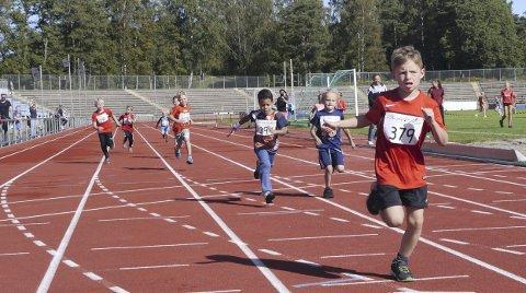Gir alt: Etter å ha startet på grusen og løpt over gresset, er det tydelig at deltakerne har gitt alt når de nærmer seg målstreken.Alle foto: Jørund Løbach Jørgensen