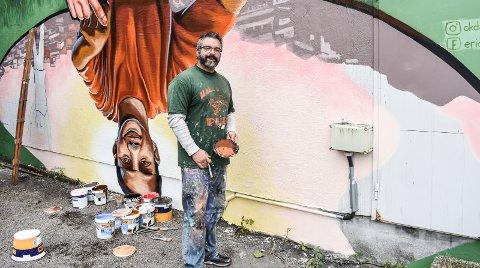 MALER FOR BYEN: Amerikanske Eric Okdeh dekorerte veggen i Storgata, etter av mange prosjekter som er omtalt i dagens «byforum».Foto: Victoria Armstrong