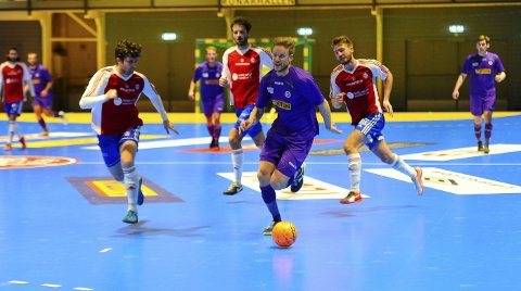 SKUFFET: Spillende trener for Sandefjord Futsal, Niklas Espegren (med ballen), skulle gjerne ha sett at seriestarten endte med seier, og ikke uavgjort.