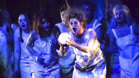 HJERTNES-DEBUT: Anita Sæterøy sto på Hjertnes-scenen for første gang i helgen, da hun spilte gal i Macbeth. – Jeg spiller «sjefsheksa», ler hun.