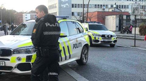 RYKKET UT TIL HVALTORVET: Politiet var lørdag bevæpnet som følge av den generelle bevæpningen i Norge.