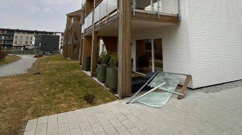 Vindkastene tok med seg rekkverket i tredje etasje.