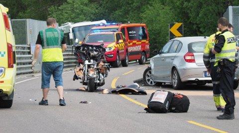 Motorsykkelen skal først ha sneiet en bil før den traff neste bil i fronten.