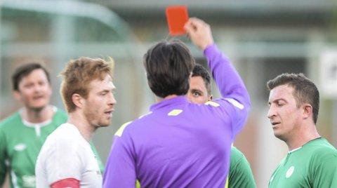 Rødt kort: Det var ampert mellom Korsgård og Spydeberg. Det endte med rødt kort til Stian Gram-Johannessen (i midten) i kampen som til slutt endte 8–1 til de hvitkledde. – Vi taper for et mye bedre lag, sier Korsgård-trener Petar Stankovic.