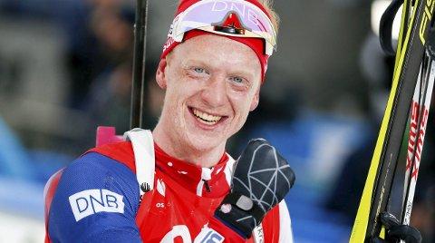 JUBEL: Johannes Thingnes Bø jublet for VM-gull søndag. Samtidig passet han på å takke smøreteamet for fantastiske ski. Foto: Vegard Wivestad Grøtt / NTB scanpix