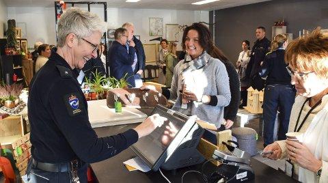 Smilte Bredt: Monica Egeland var den første som kjøpte en vare i butikken. Vivi-Ann Jahreie slår her inn klesknaggen. Kjøperen falt helt for butikken og varene.