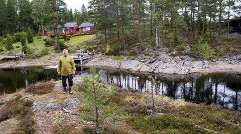VIKSØYA: Per Kristian Låche fra Spydeberg har eid Viken i Øymark siden 2011. Viksøya (i bakgrunnen) inngår som en del av landbrukseiendommen. Øya ligger som et hytteparadis innerst i Østre Otteidvika i Stora Lee.