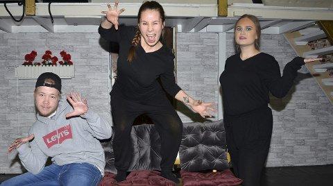 – VELDIG GØY: – Det er kjempegøy å få være med på teateroppsetning på Fossumkollektivet, sier Emil Johansen (19), Selma Nicolaisen (24) og Julie Rekstad (19) like før premieren på «Heksene» av Roald Dahl.