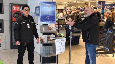 Vekter, Ryan Licudan sørger for at alle kunder minimerer sjansen for å smitte andre eller seg selv, på Rema 1000 i Hurrahølet.