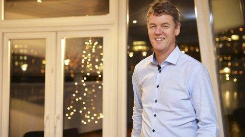 VARMT SAMFUNN: Det nærmer seg jul, og Kirkens Bymisjons daglig leder i Vestfold, Anders Madsen, ønsker at man ikler seg oransje skjerf. Foto: Harald Strømnæs