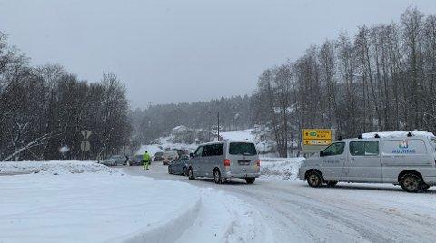 KØ: Det ble noe kø på stedet etter at to biler kolliderte ved Heistad barneskole i Porsgrunn, onsdag ettermiddag. Foto: Theo Aasland Valen
