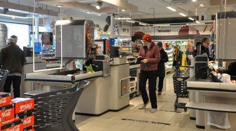 Holder avstand: Mary-Ann Pedersen passer på å holde en meters avstand eller to i kassakøen og i butikken forøvrig. Hun synes det er greit å med regler, men at det kan bli litt mye å forholde seg til. Foto: Unni Buverud