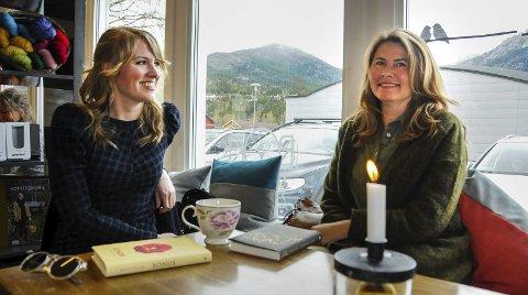 FØLGD: Marie (t.v.) og Kristin Tveiten har følgd kvarandre tett gjennom kvar sin skriveprosess. Nå er debutbøkene  deira klare.