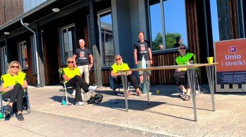 STREIKENDE: Streiken har nådd Porsgrunn. Disse streikende var å finne på Vestsiden skole onsdag morgen: Heidi Bendiksen, Tonje Forsmo, Guri Flogstad, Grete Mathisen, Gro Jørandrud og Øyvind Hafsund.