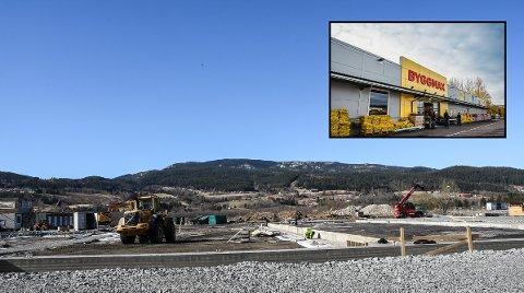 I GANG: Byggingen av grunnsølen til nybygget (lite bilde) er i gang. Etter planen skal Byggmax-butikken på Tuven åpne til sommeren - med fire til fem nye ansatte.