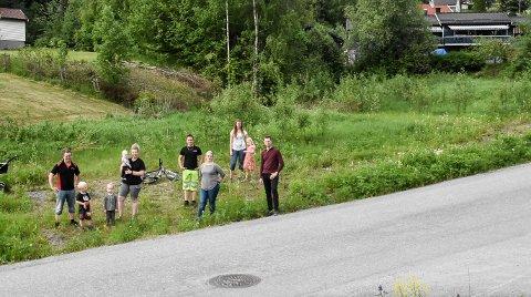 LEKEOMRÅDE: Semsjordet velforening er stiftet, og nå skal det bygges lekeplass på dette området.  Fra høyre: Tomas Flåterud, Nina Wåsjø Espedalen, Linnea Haugan (6), Anne Mette Hagen, Sven Niri Skårdal, Marte Iversen Kaste Vennman (0,6), Nelly Sofie Vennman (3), Svein Yngve Haugan og Leo Hagen Haugan (3).