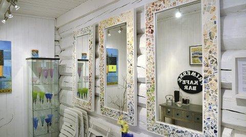 Kunstspeil: Heidi Rognskog Mellas speil, med rammer laget av «krusgull» funnet i fjæra ved Veiholmen er vakre kunstverk. De kan du se i Posthuset.