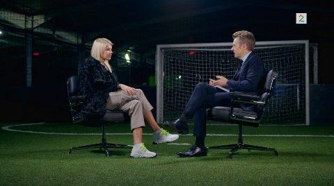 Ada Stolsmo Hegerberg i tv-studio med Fredrik Skavland.