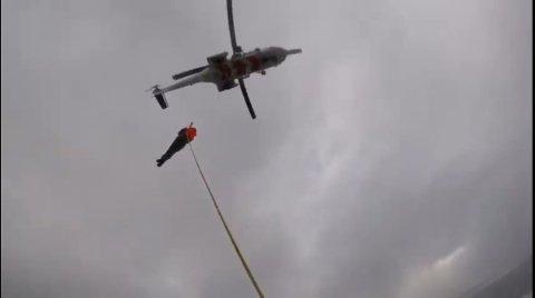 Her blir en passasjer evakuert til helikopteret CHC «Florø».