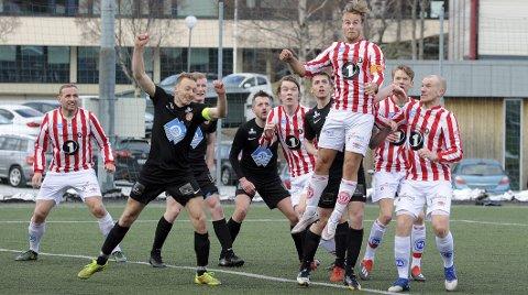 Forsøkte: AK greide aldri å få ballen i mål mot Bergsøy som vant fortjent og scoret tre ganger mot et tannløst hjemmelag.