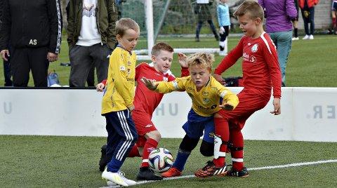 Tette dueller: Siljan Botten Stokke og Sindre Vaagland (til høyre i rødt) og Valsøyfjord spilte mot Mons Edgren-Jakobsen, Elias Kollevåg Lindstad og Dahle.