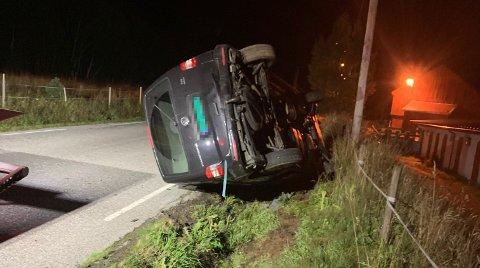 Bilen ble liggende på siden, etter å ha truffet en lyktestolpe. Leserfoto