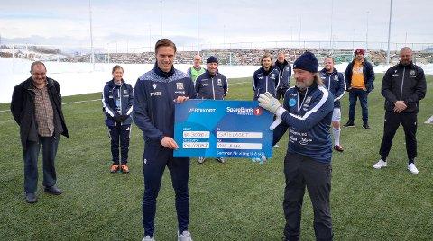 KBK-spiller Ivar Furu delte ut sjekken på 30.000 kroner til Gatelaget på vegne av spillergruppa.