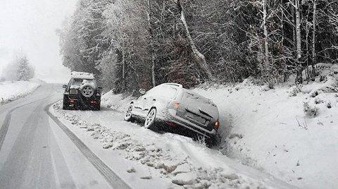 I GRØFTA: Her endte kjøreturen for en uheldig bilist i Andebu.