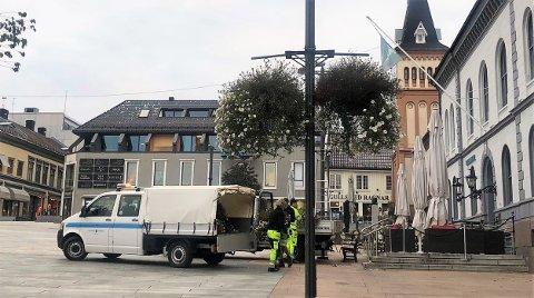 KLART TIL HØSTEN: Bydrift gjør byen klar for høsten og har fjernet blomstene som har hengt oppe i sommer.
