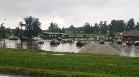 MYE VANN: Flere biler på parkeringsplassen ved Nøtterøy golfklubb fikk vann helt opp til døråpningen.