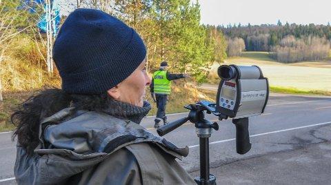 HØY FART: UP har hatt mange kontroller i Høyjordveien. Dette bildet er fra en tidligere kontroll. Da mistet tre bilførere førerkortet.