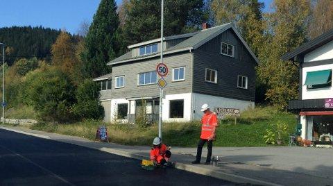 Asfalt: Det foregår i disse dager asfaltarbeid på fylkesveg 51 gjennom Heggenes i Øystre Slidre.