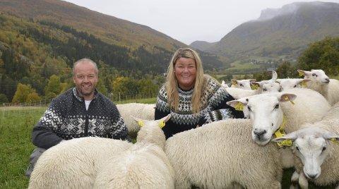 Vann pris: Kjell Gudmund og Line Svien i bedrifta Tyinlam i Vang tok imot Bedriftsutviklingsprisen i landbruket for Oppland torsdag.