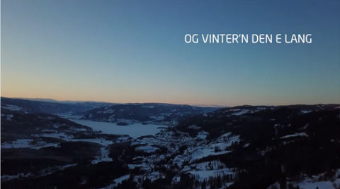 Toner over stille landskap: Zitherman senker toner og ord over stille vinterlandskap på Leira og Fagernes i videoversjonen av Valdres-bandets ferske låt «Vinternatt».