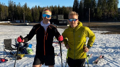 EVERESTING PÅ SKI: Espen Helgesen (t.v.) og Simen Enger klare for den store styrkeprøva i bunnen av Varingskollen tirsdag morgen.