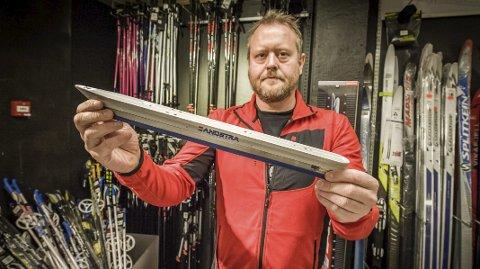 Turskøyta: Martin Pedersen hos G-sport i Drøbak viser fram turskøyta, som du kan spenne fast på dine vanlige skistøvler.Foto: Ole Christian Eklund
