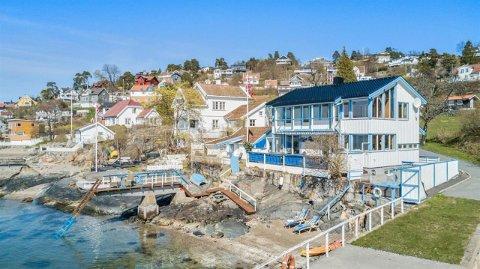 Helt nede ved sjøen, og ligger boligen som nå selges for 20 millioner kroner.