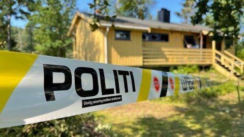 BRANN: Området rundt hytta i Nordre Frogn er i 11-tiden søndag sperret av.